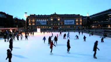 People outdoor ice skating in front of Ateneum, — Stock Video