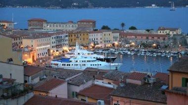Luxury yachts anchored at Portoferraio harbour — Stock Video