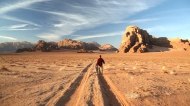 Wadi Rum male walking desert track sandstone — Stock Video
