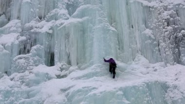 Ice climber on frozen waterfall — Stock Video