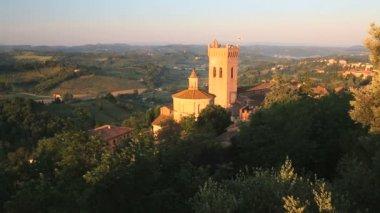Church in sunlight Italian countryside — Stock Video