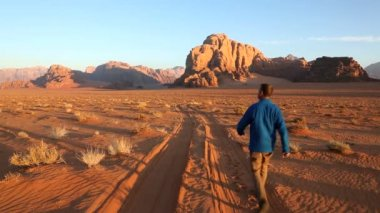 Wadi Rum male walking desert track sandstone — Stock Video