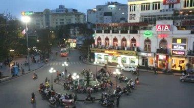 Bac Dinh square illuminated dusk vehicle traffic — Vídeo de Stock