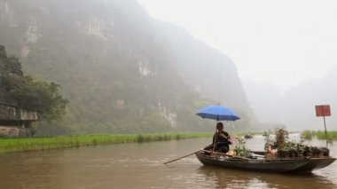 Local senior male Vietnamese boat person — Stock Video