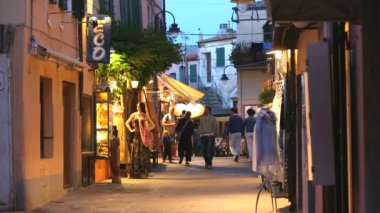 People relaxing in the evening on  Italian street — Stockvideo