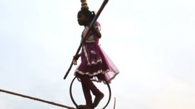 Young girl tightrope walker on the beach — Stock Video