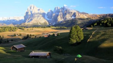 Beautiful Alpine pasture with wooden lodges — Stok video