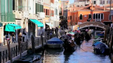 Gondoliers pass by tourists and motorboats — Stock Video