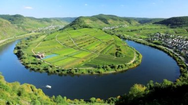 A small boat navigates a turn on the beautiful placid River Mosel — 图库视频影像