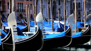 Gondoliers returning a boat to dock and helping — Stock Video