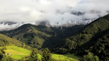 Mountains and Alpine pastures — Vídeo de stock