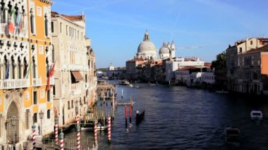 Gondolas, water taxis, and vaporetto passing by — Stok video