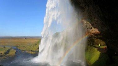 Island Seljalandsfoss Wasserfall Menschen Regenbogen — Stockvideo