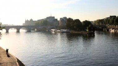 France Paris River Seine IIe de la Citie boat building travel — Stock Video