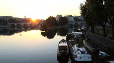 France Paris River Seine IIe de la Citie sunrise boat — Stock Video