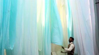 Operaio di materiale di Jaipur India Asia Sari fabbrica tessile uomo — Video Stock