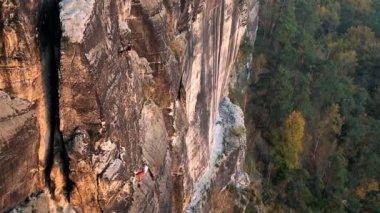 Germany abseiling climber male Bastei Rocks valley Saxony — Stock Video