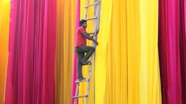 Trabajador de Jaipur India Asia Sari fábrica textil hombre — Vídeo de Stock