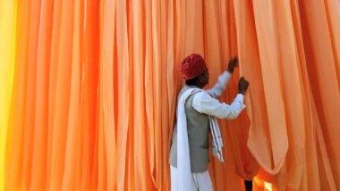 Operaio di Jaipur India Asia Sari fabbrica maschio tessuti tinto — Video Stock