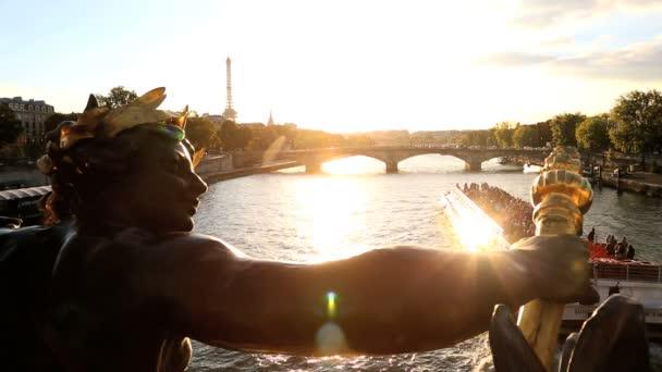 Francia Paris Pont Alexandre 111 puente río Sena Eiffel torre puesta del sol — Vídeo de stock