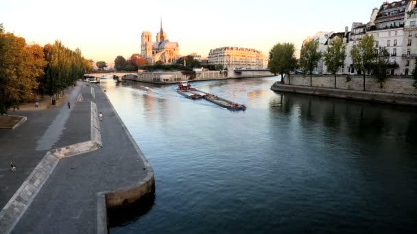 Francia Paris río Sena Notre Dame iglesia catedral amanecer — Vídeo de stock