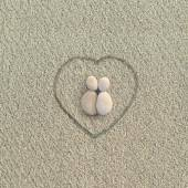 Pebbles shapes lovers on the beach — Stockfoto
