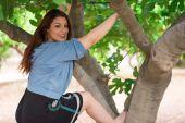Bir incir ağacı üzerinde tırmanma kız — Stok fotoğraf