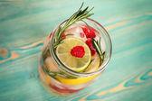Detox acqua con agrumi, lampone e rosmarino — Foto Stock