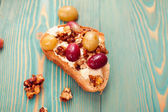 Sweet toast with red and white baked grape, tasty breakfast — Stockfoto