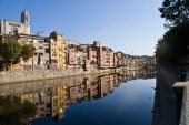 View Girona city  with colorful houses reflected in water of ony — Stock Photo
