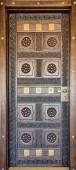 Brown wood door in eastern style in SPA-club — Stockfoto