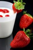 Çilek kremalı taze yoğurt'ın Mus — Stok fotoğraf