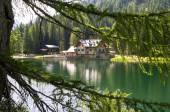 Skydd i höga berg med sjö — Stockfoto
