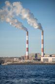 Émissions de centrales électriques au milieu de la ville — Photo
