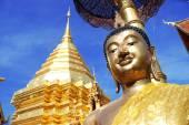 Золотая пагода со статуей Будды, wat phra, что doi suthep, Таиланд — Стоковое фото
