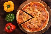 比萨饼和新鲜的蔬菜,吃披萨 — 图库照片