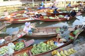Wooden boats are loaded with fruits from the orchards at Tha kha floating market . — Fotografia Stock