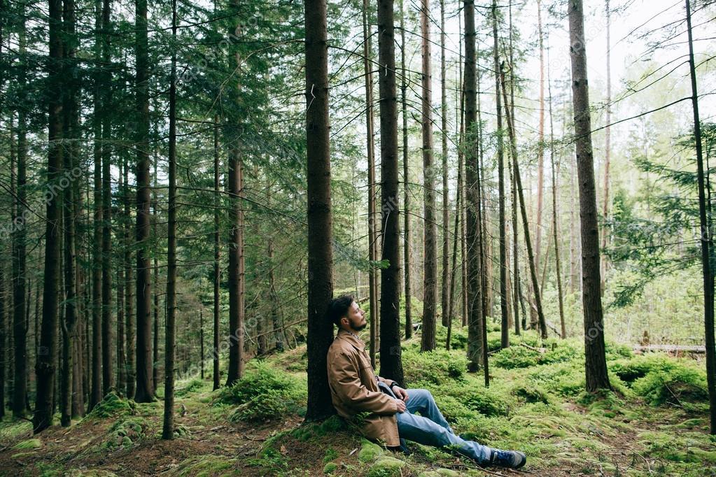 Hombre Solo Soportado En El Bosque