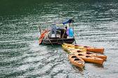 Piccola barca traino Kajak variopinti — Foto Stock