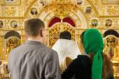 Igreja Ortodoxa, velas, Cruz, batismo, pia batismal — Fotografia Stock