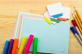 Bleistifte, Kugelschreiber, Marker, Notizblock und Aufkleber — Stockfoto