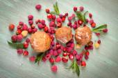 Muffins, scattered around the raspberries, strawberries, mint le — Stock Photo