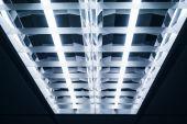 Luci al neon sul soffitto primi piani — Foto Stock