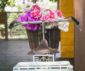 Bicycle decoration with colourful flowers in basket — Стоковое фото