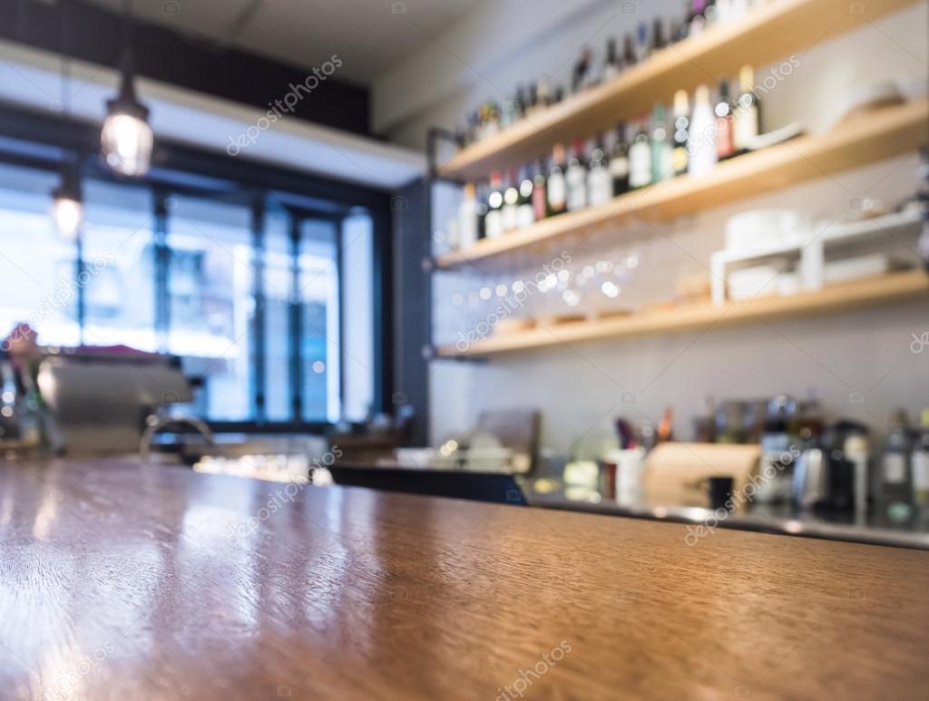 Comptoir table avec étagère de la cuisine bar cafe avec bouteille ...