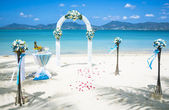 Wedding ceremony on the shore of the ocean sea — 图库照片