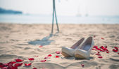 свадебная обувь womens на песке на морском фоне — Стоковое фото