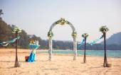 Exotic Wedding ceremony on the shore of the ocean sea arch on the beach — Stok fotoğraf