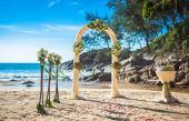 Wedding ceremony on the shore of the ocean sea arch on the beach — Stok fotoğraf