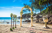 Wedding ceremony on the shore of the ocean sea arch on the beach — 图库照片